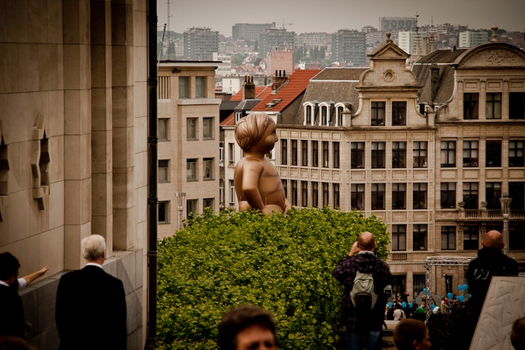 Ballon Manneken Pis dans la rue (Balloon's Day Parade, Bruxelles) - Photo : Fred Giet (Gilderic)