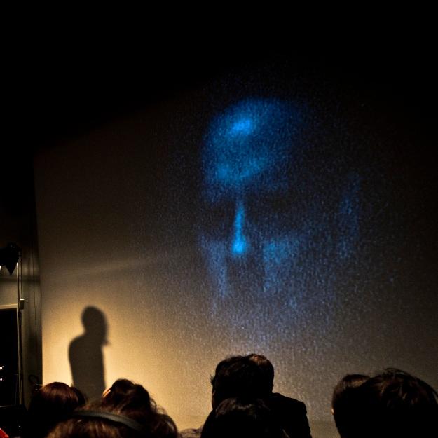 Bill Viola face à son oeuvre - Photo : Gilderic