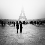 Paris : la Tour Eiffel dans la brume - Photo : Gilderic