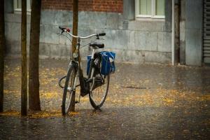 Vélo sous la pluie (Place Saint-Etienne, Liège) - photo : Gilderic