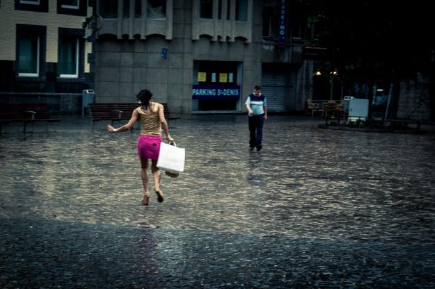 La pluie est en soldes ! (Place Saint- Etienne, Liège) - Photo : Gilderic