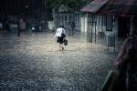 La Dame sous la pluie (Place Saint- Etienne, Liège) - Photo : Gilderic
