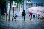 Sous la pluie (Place Saint- Etienne, Liège) - Photo : Gilderic