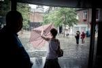 Le coup du parapluie (Place Saint- Etienne, Liège) - Photo : Gilderic