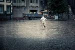 Courir sous la drache (Place Saint- Etienne, Liège) - Photo : Gilderic