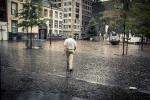 L'homme sous la pluie (Place Saint- Etienne, Liège) - Photo : Gilderic