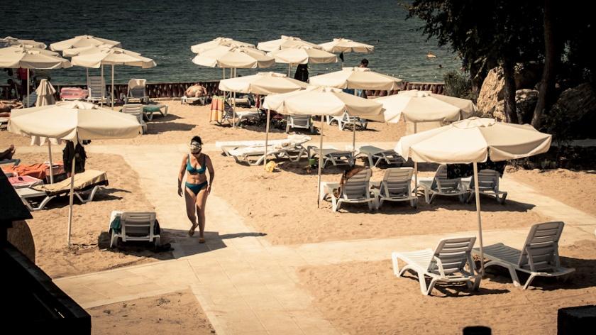 Fin de vacances (Femme sur la plage) - Bulgarie - Photo : Gilderic