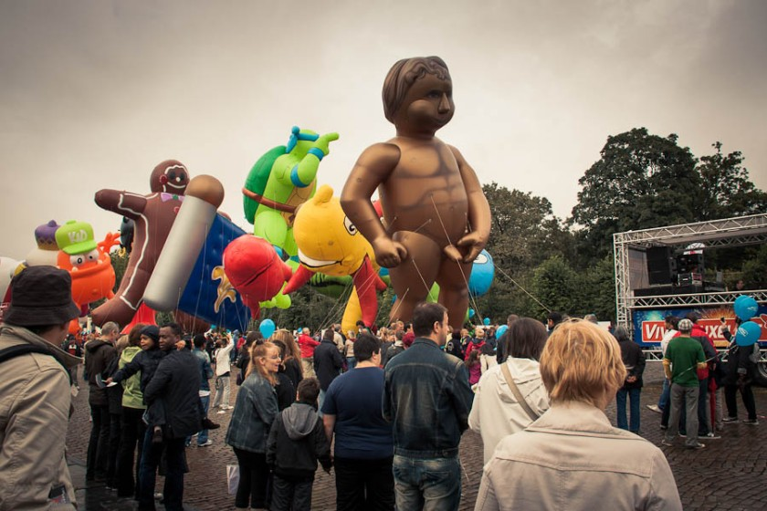 L'érection du Manneken Pis géant, Balloon's Day Parade, Place des Palais, Bruxelles - Photo : Gilderic