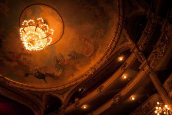 Opéra Royal de Wallonie rénové : la salle, le lustre et le plafond (Photo : Gilderic)