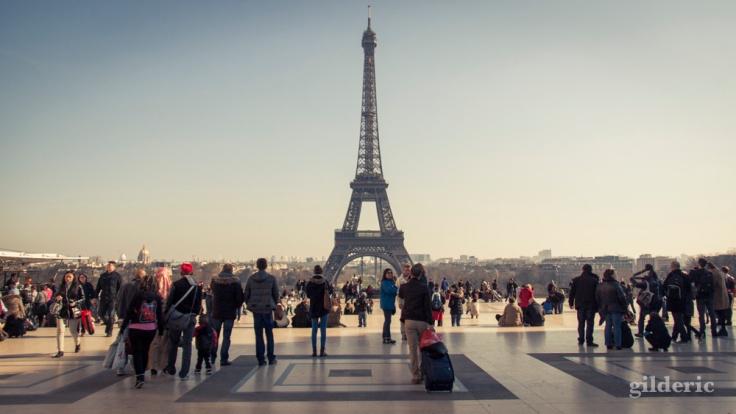 Les touristes admirent la Tour Eiffel (depuis le Trocadéro)