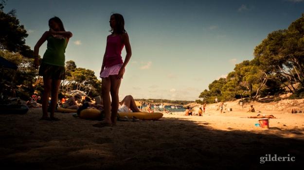 Jeunes filles à la plage - Majorque - Photo : Gilderic