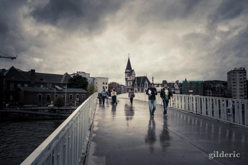 Passerelle sous la pluie (Liège) - Photo : Gilderic