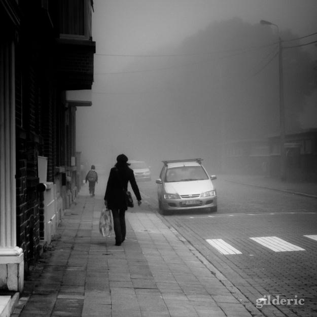 La dame dans la brume (Liège, Belgique) - Photo : Gilderic