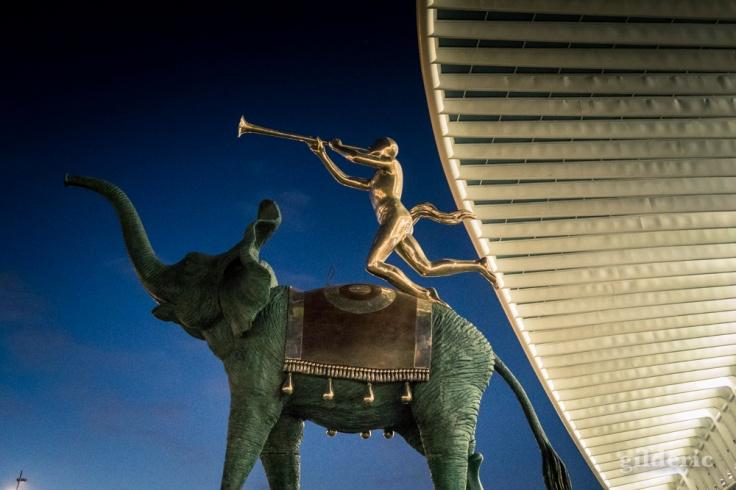 """Sculpture """"L'Eléphant de triomphe"""" de Salvador Dali à Liège-Guillemins"""