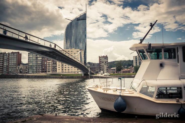 La Navette fluviale, la passerelle de la Belle Liégeoise et la Tour des Finances, une belle vue de Liège