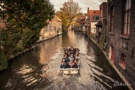 Les touristes en balade sur les canaux de Bruges