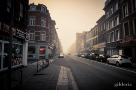 Rue Grétry déserte et embrumée