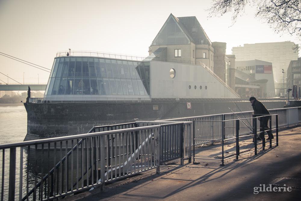 Musée du Chocolat à Cologne : une architecture moderne en forme de bateau (extérieur).