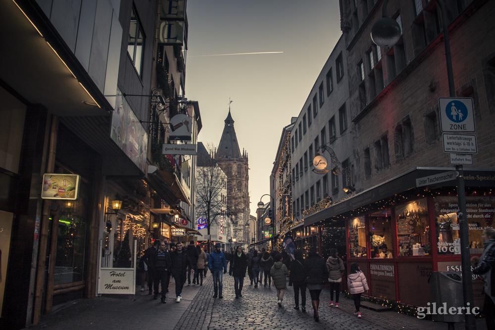 Les rues commerçantes du centre historique de Cologne sont décorées pour Noël