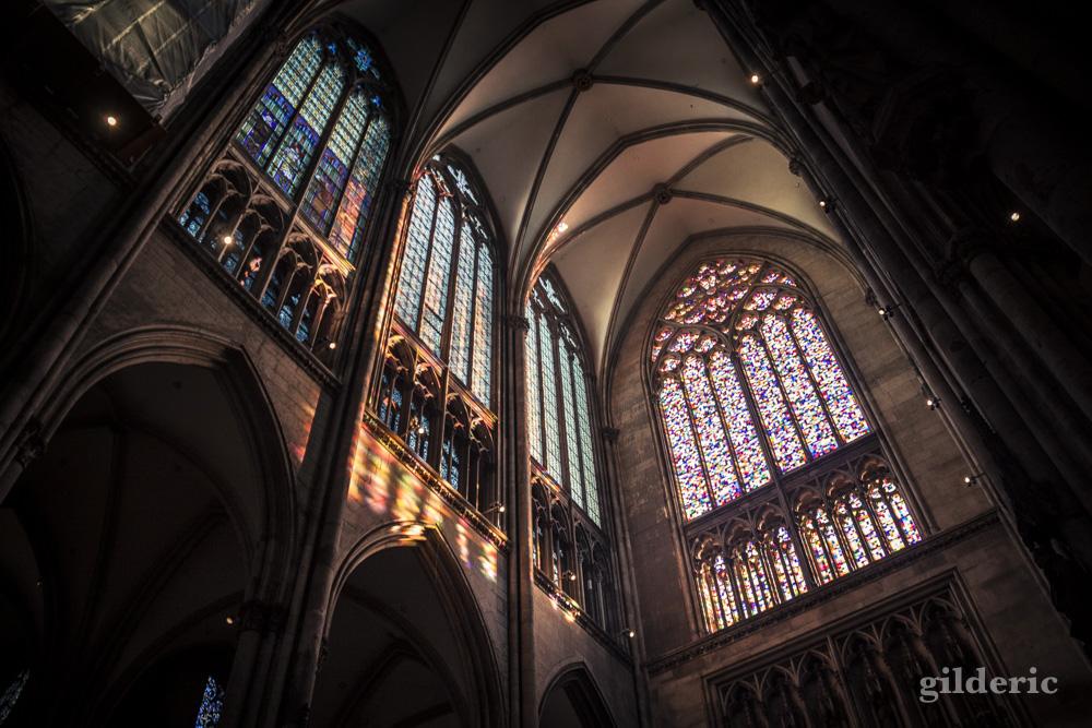 Intérieur de la cathédrale de Cologne : jeu de lumière sur les vitraux