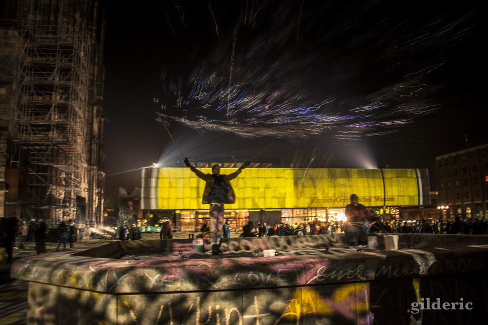 Nouvel An à Cologne : Spectacle son et lumière et jongleur avec des bulles de savon, près de la cathédrale