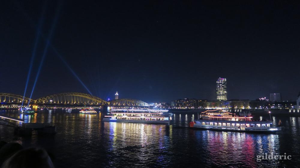 Le Rhin à Cologne, juste avant le feu d'artifice du Nouvel An : les fêtards sur les bateaux sont prêts