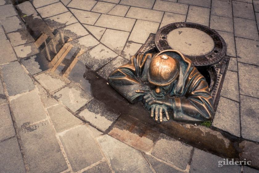 Les détails de la ville : statue sortant des égoûts