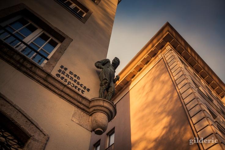 Statue au coin d'une rue