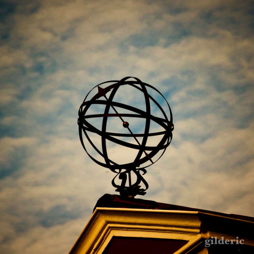 Un astrolable sur le toit