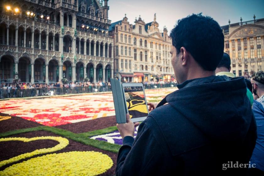 Touriste photographiant le tapis de fleur de la Grand-Place