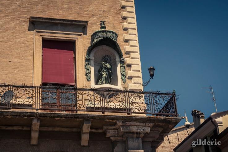 Détail architectural, Piazza Cavour (Rimini)