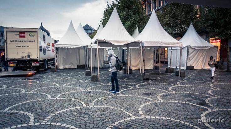 Seul parmi les champignons urbains (Place Saint-Lambert, Liège)