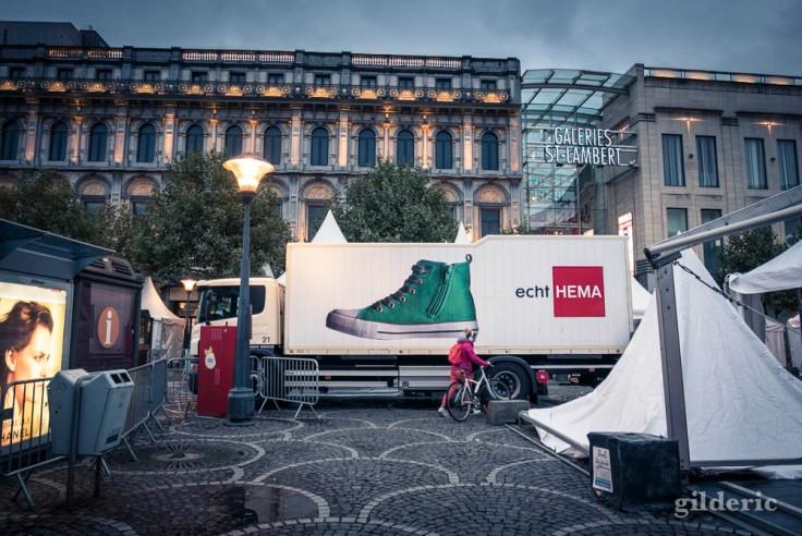 Le camion et le pied géant,  Place Saint-Lambert (Liège)