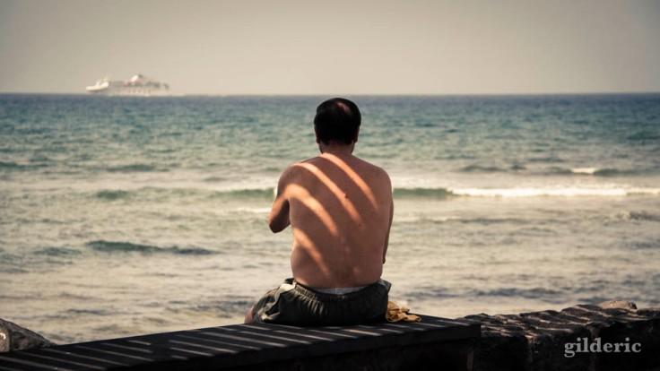 Homme de dos devant l'océan (Ténerife, Canaries)