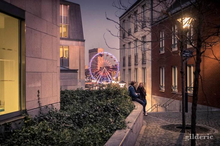 Ados flirtant à Liège, près du Village de Noël