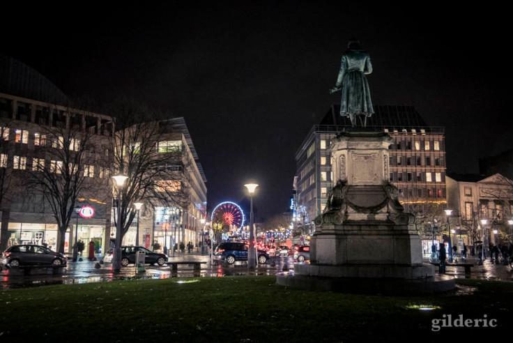Statue de Grétry et illuminations de Noël :