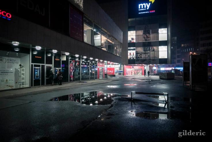 Centre commercial, nuit du Nouvel An à Bratislava