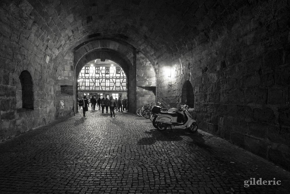 Visiter Nuremberg: tunnel d'entrée dans la vieille ville, près du château