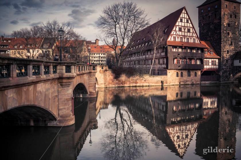 Ancien dépôt de vin et pont sur la Pegnitz à Nuremberg