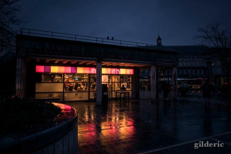 Un Point Chaud dans la nuit et la pluie (Place Saint-Lambert, Liège)