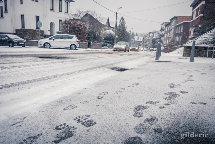Des pas et des voitures dans la neige (Grivegnée, Belgique)