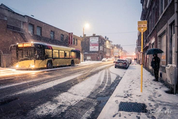 Bus TEC hors service sous la neige (Liège, Belgique)
