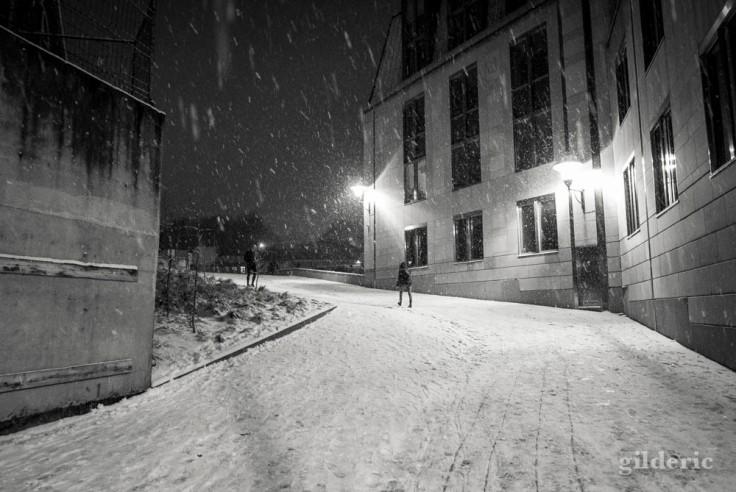 Piéton dans la tempête de neige (Liège, Belgique)