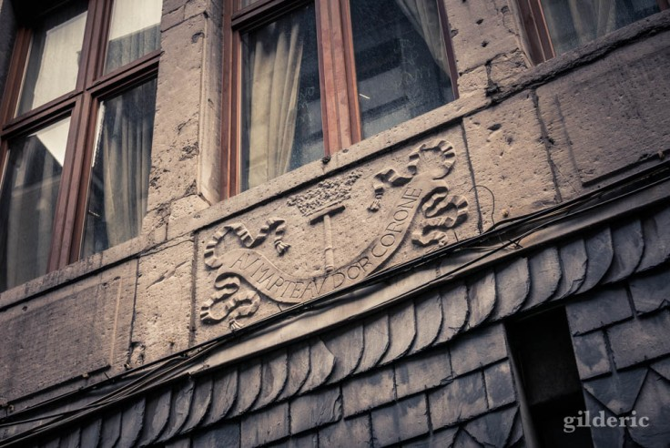 La Rue aux enfants en Neuvice (Liège) : Au marteau d'or coroné