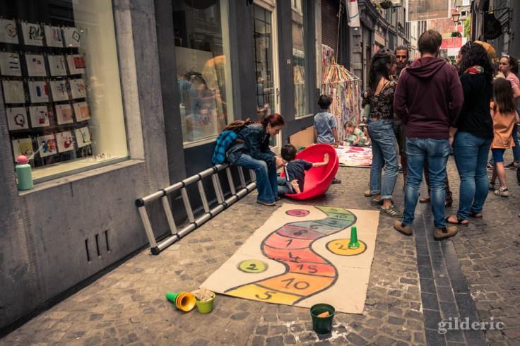 La Rue aux enfants en Neuvice (Liège) : marelle et jeux pour les petits