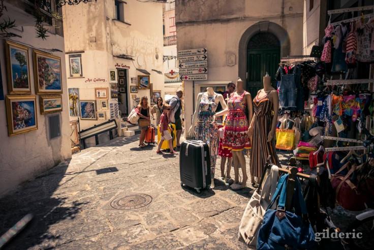 Les rues étroites et touristiques d'Amalfi