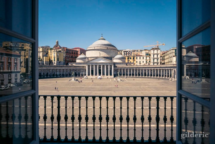 Vue de la Piazza del Plebiscito depuis une fenêtre du Palais royal à Naples