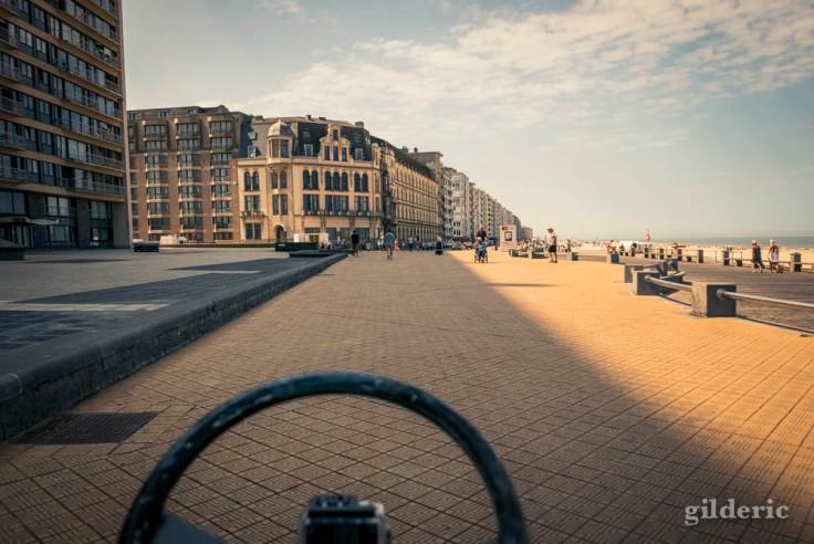 Du cuistax sur la digue à Ostende