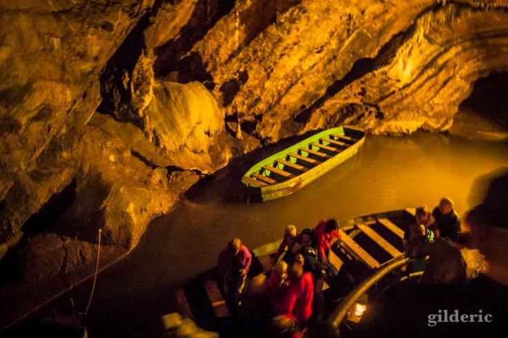 Rivière souterraine aux Grottes de Remouchamps