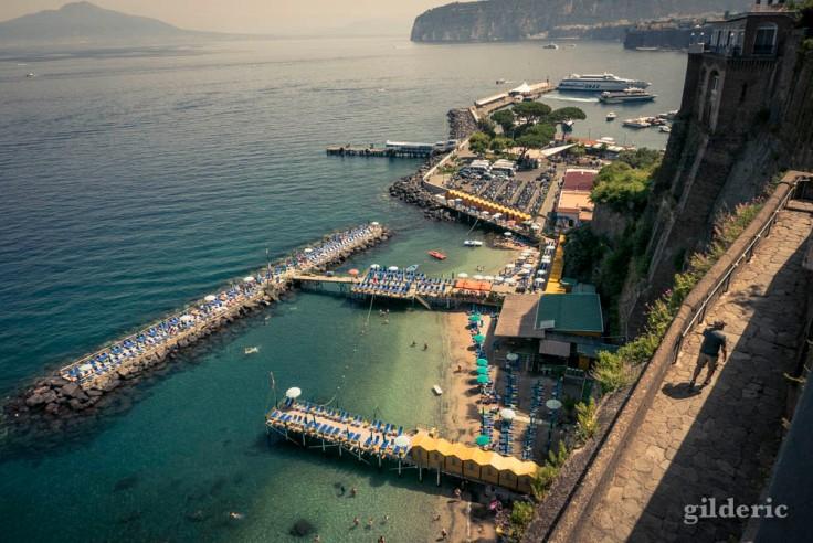 Vue sur la plage de Sorrente et le golfe de Naples